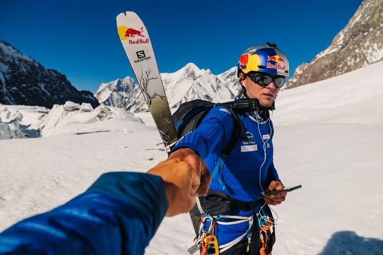 Польський спортсмен першим в світі спустився на лижах з найнебезпечнішої вершини Землі (фото/відео)