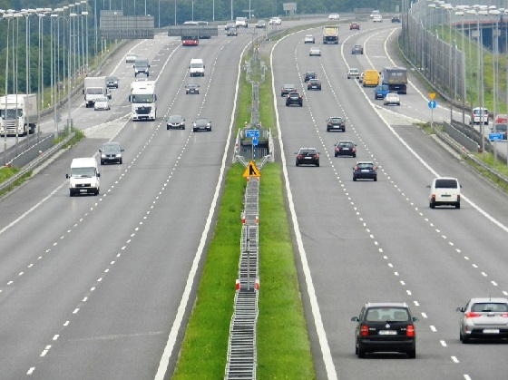 У Вроцлаві перевернулась вантажівка з бетоном: автостраду А4 досі відмивають