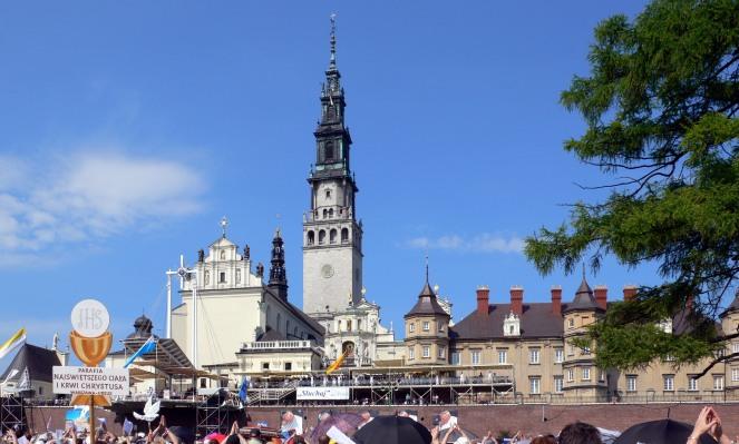 Все більше прочан прибуває до найважливішої у Польщі святині на Ясній Горі