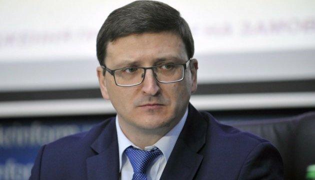 Держава не повинна бігати за українцями з батогом