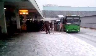 Журналист показал, как толпа жителей Луганска ездит к «фашистам»