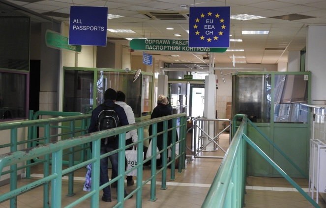 Громадянин України ніс через кордон викрадені двері і багажник авто
