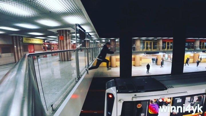Українець пробігся зверху по вагонах у Варшавському метро (відео)