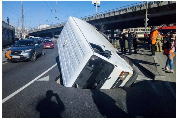 У Києві автобус провалився під асфальт (фото)