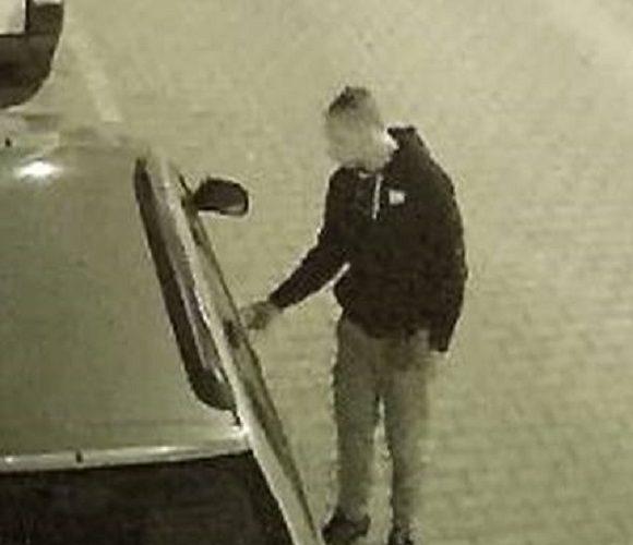 Поліція розшукує двох чоловіків, які у Вроцлаві підпалили автівки (відео)