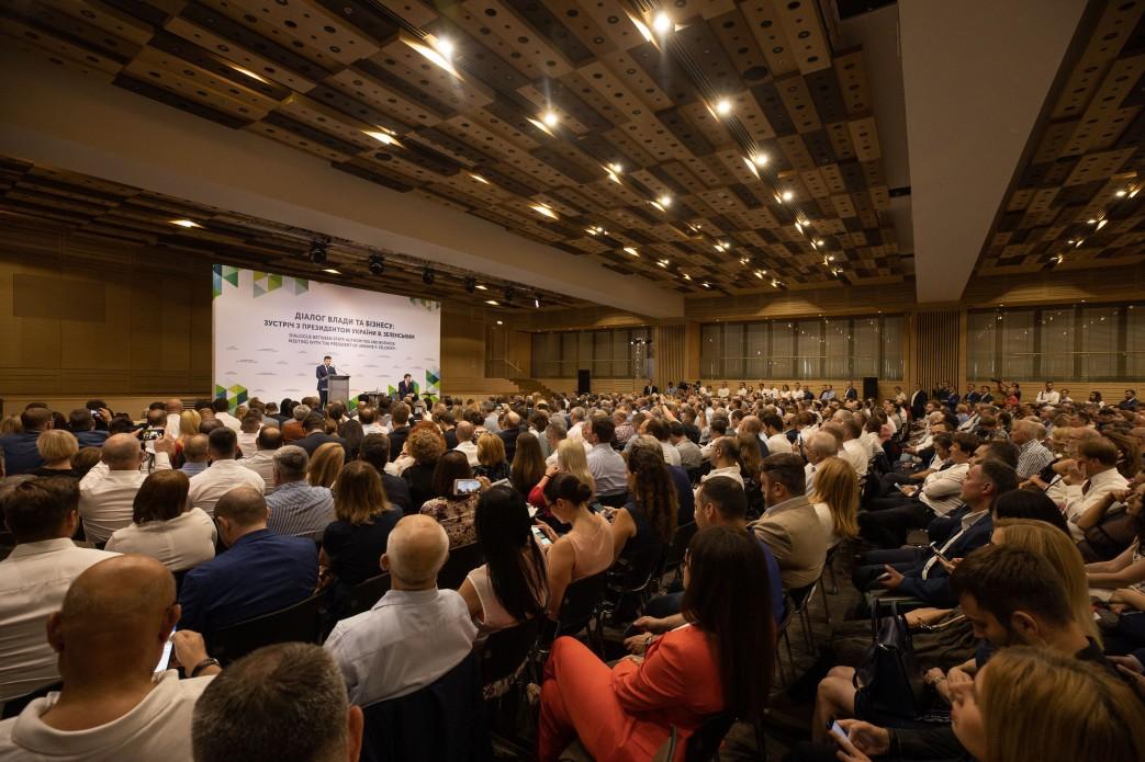 Володимир Зеленський закликав бізнес інвестувати у відновлення Донбасу
