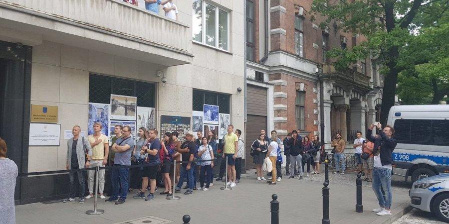 Вибори в Раду: на виборчій дільниці у Варшаві утворилися черги