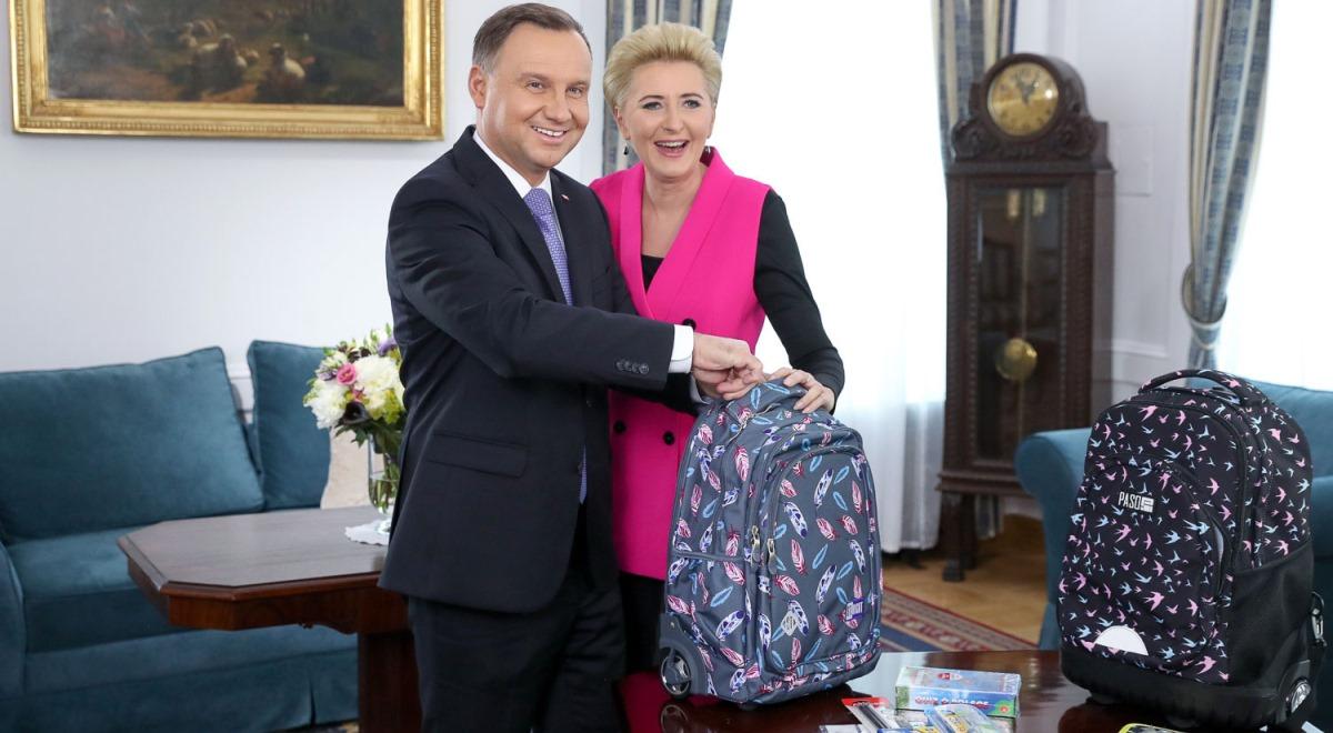 Польська президентська пара подарувала шкільні комплекти дітям в Україні