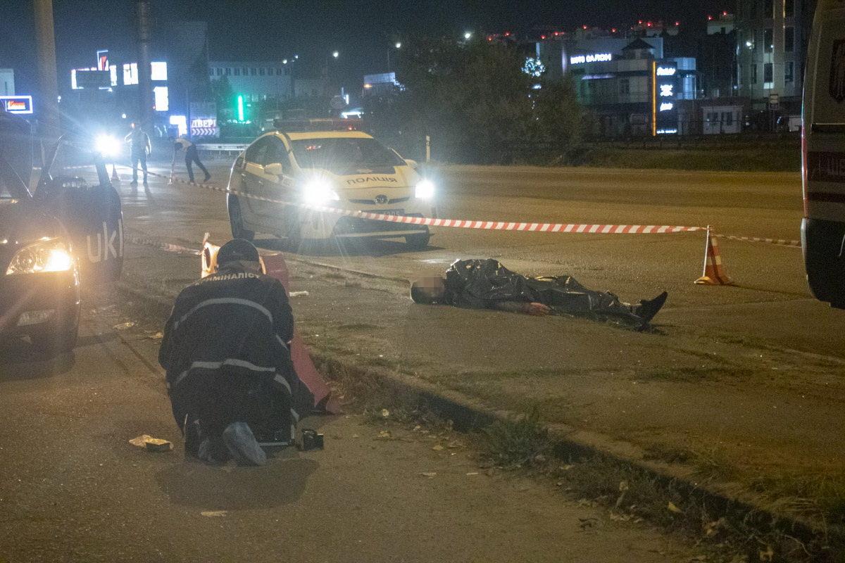 На київській кільцевій чоловіка з перерізаним горлом викинули із автомобіля
