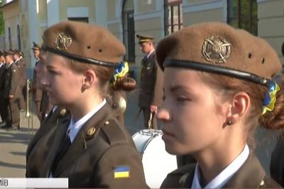 Перший дзвоник під військовий марш: ліцей ім. І. Богуна вперше прийняв до своїх лав дівчат (відео)