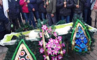 Под Раду принесли гроб с трупом свиньи и венки