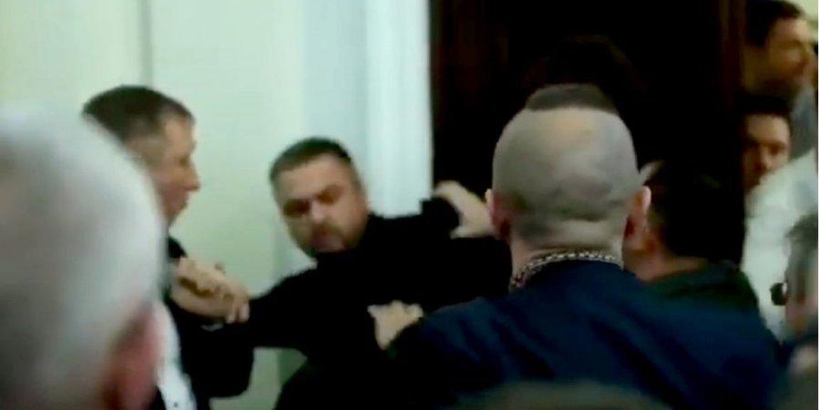 На засіданні комітету Ради депутати зі Слуги народу побилися з екснардепами від Свободи (відео)
