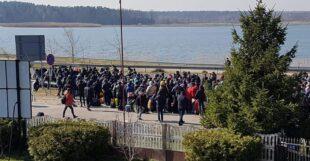 Паніка на кордоні: тисячі українців з Польщі намагаються повернутися до України