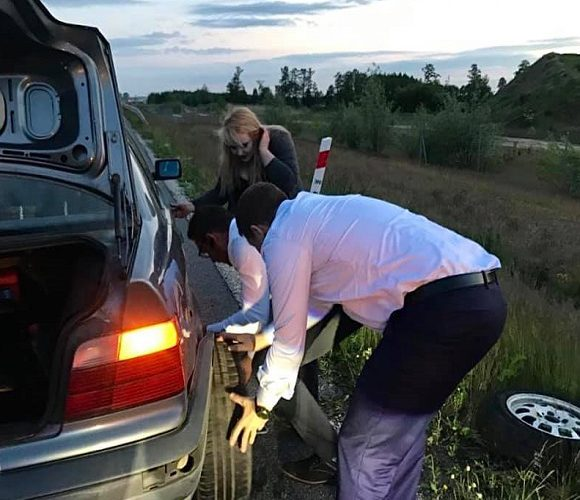 Політики — теж люди: мер Варшави допоміг жінці, котра застрягла на дорозі, поміняти колесо