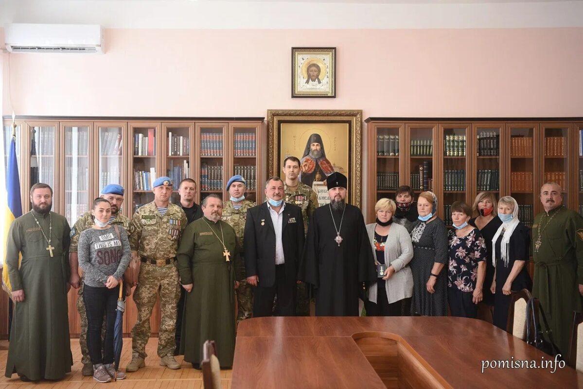 Предстоятель ПЦУ нагородив матерів полеглих воїнів медалями «за жертовність і любов до України»
