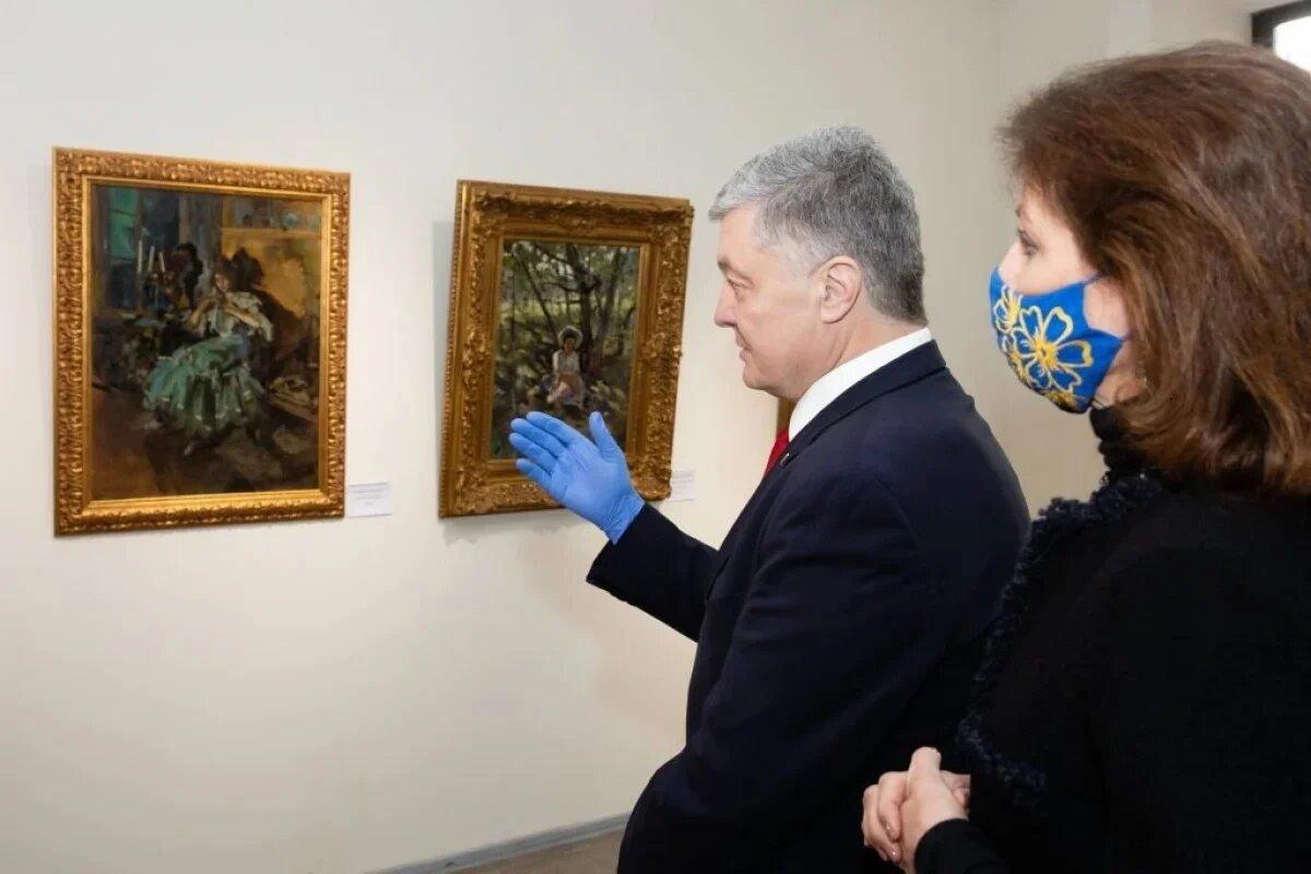 Суд визнав незаконним арешт картин Порошенка