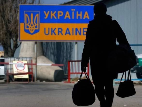 Українці в Польщі заробляють більше, а витрачають менше