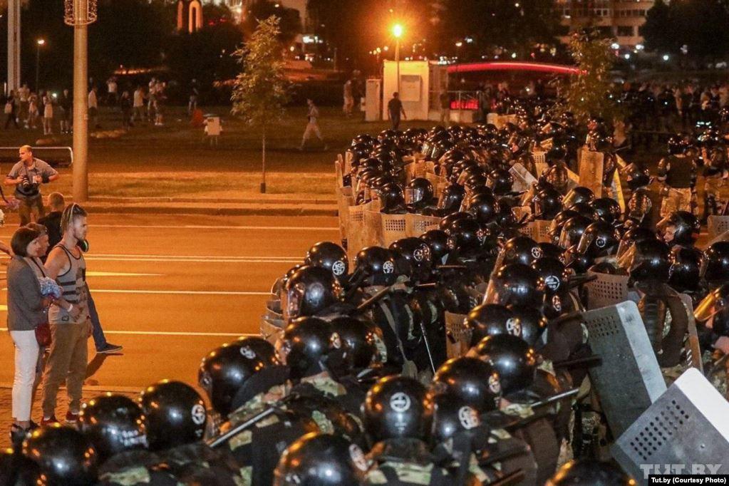 Кровь и слезоточивый газ в Беларуси. Силовики жестко разгоняют протесты после выборов президента