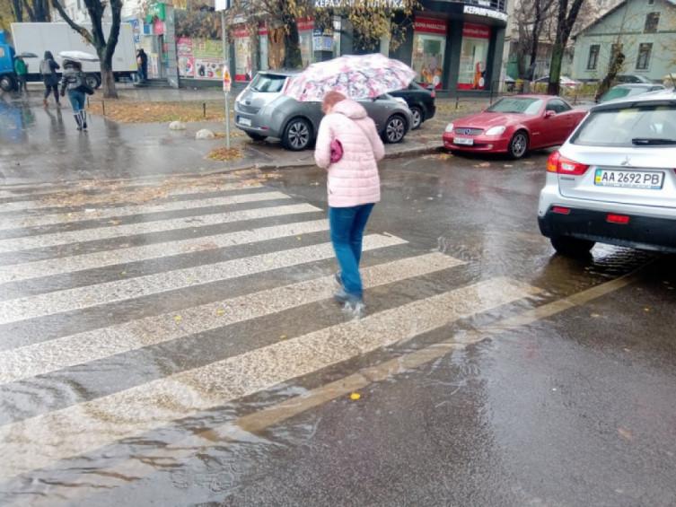 Літня злива накрила столицю, і місто попливло. Точніше – потонуло