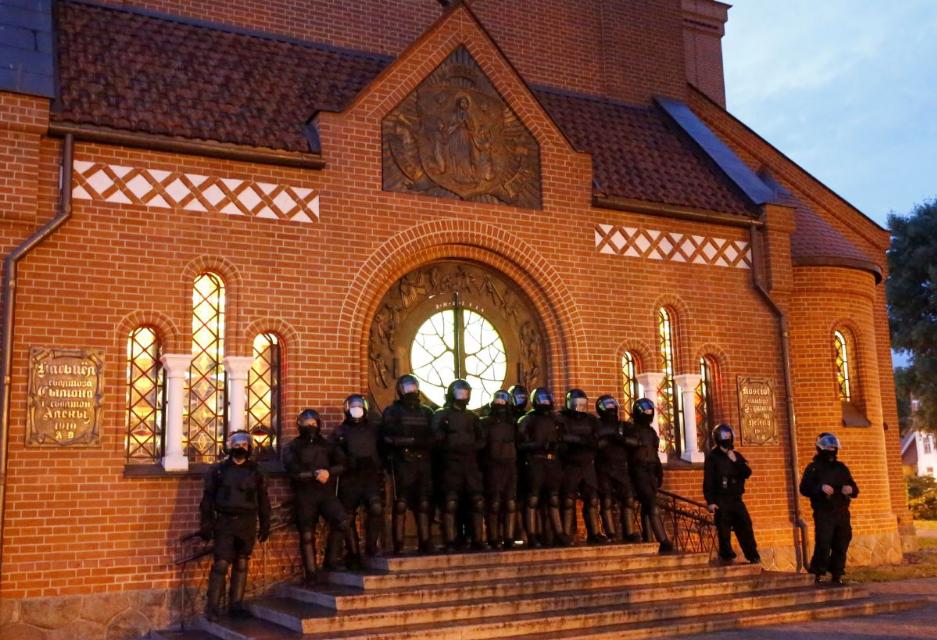 Католики Білорусі протестують проти дій спецназу на території Червоного костелу