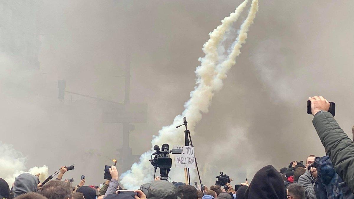 Під Конституційним Судом мітинг, запалали димові шашки (відео)