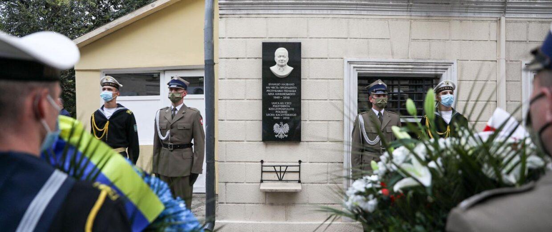 Покладання квітів перед пам'ятною таблицею Святої Пам'яті Президента Леха Качинського