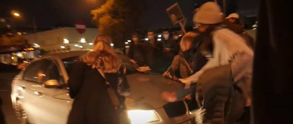 У Варшаві чоловік навмисне наїхав на двох жінок, які брали участь в акції протесту (відео)
