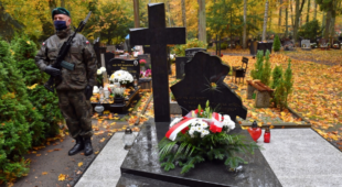 Варшав'яни відвідують могили близьких