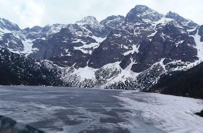 Туристы из Украины провалились под лед на озере в польских Татрах