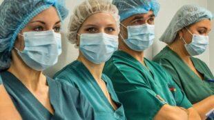 Українські медики масово готуються їхати на роботу у Польщу
