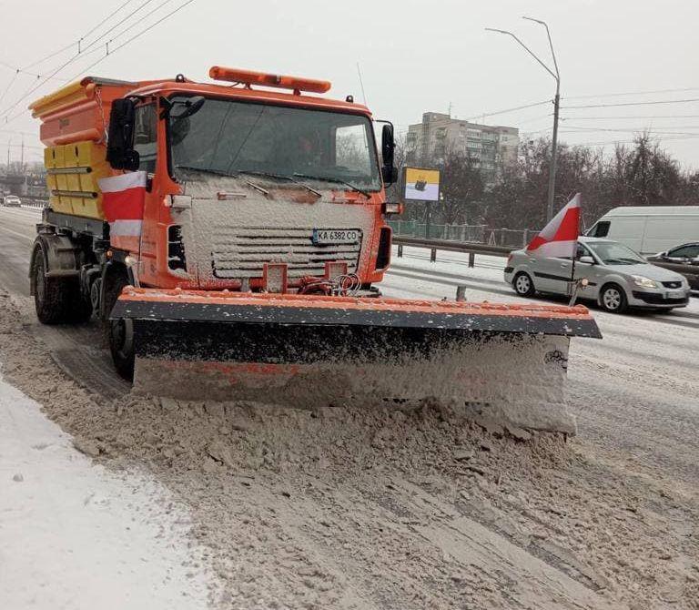 Сніг на дорогах і тротуарах столиці прибирають 453 одиниці спецтехніки КК «Київавтодор» (фото)