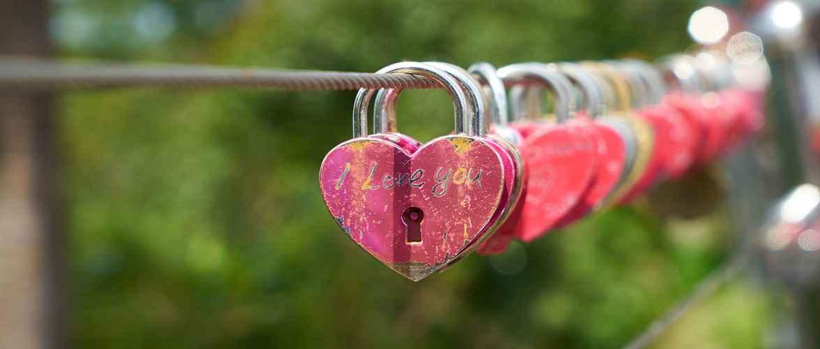 На Тумському мосту у Вроцлаві закоханим заборонили вішати замки: порушників чекає штраф