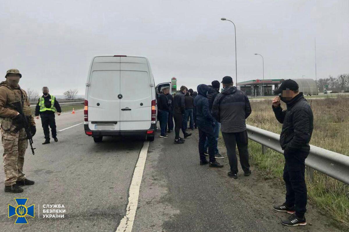 По дорозі на Харківщину затримали автобуси з «тітушками»