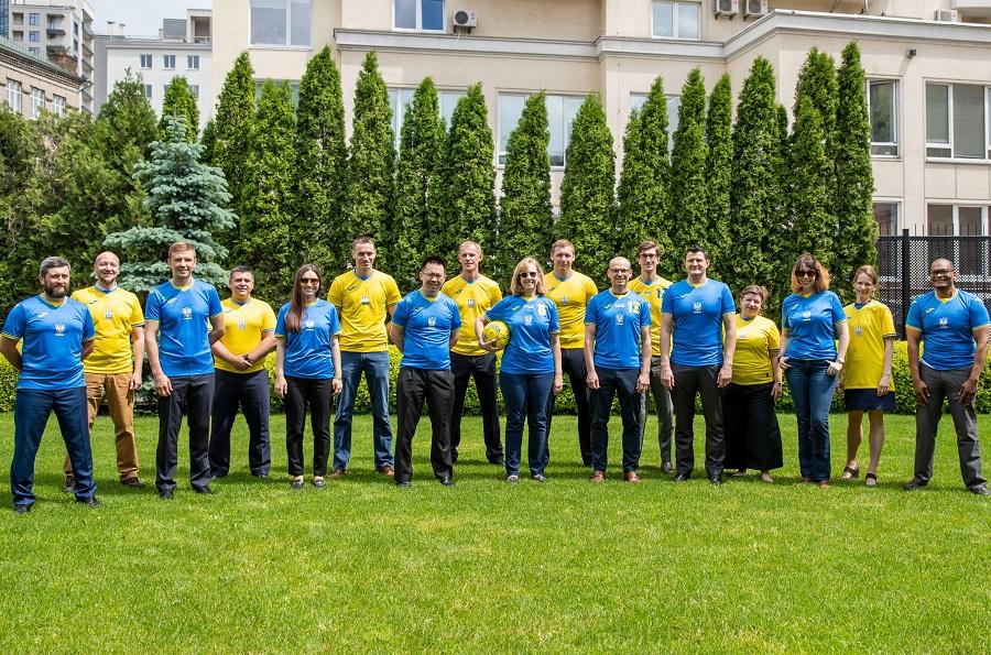 Форму збірної України з футболу вдягнули дипломати США (ФОТО)