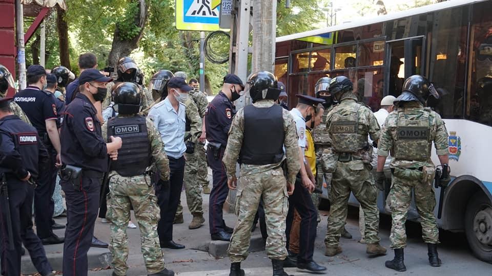 Затриману біля будівлі ФСБ кримчанку оштрафували за відсутність російського паспорта