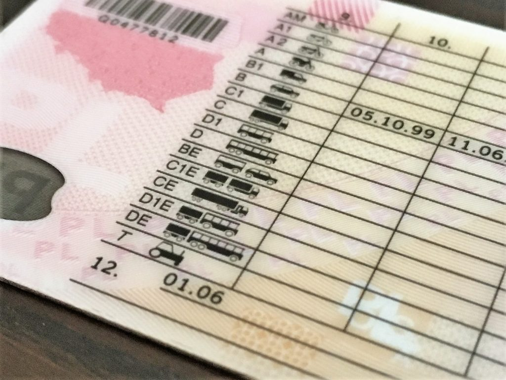 Як зареєструвати транспортний засіб в Польщі? Ціни та перелік документів.