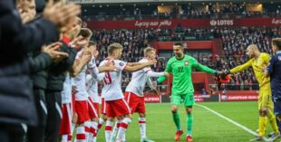 До слез. Вратарь сборной Польши трогательно попрощался с командой (видео)